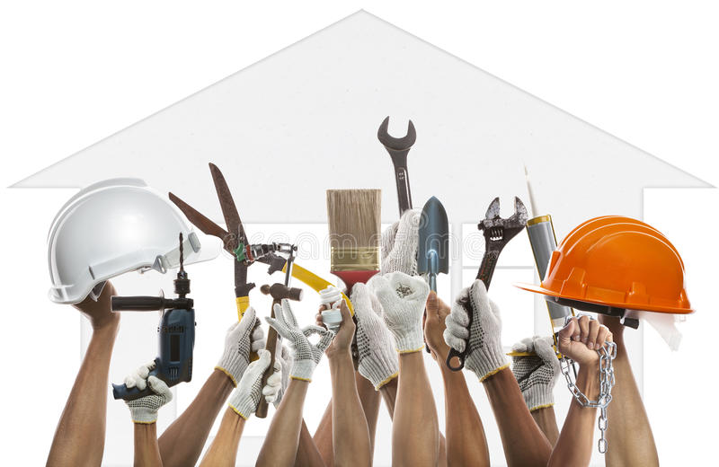 La mano y la herramienta del trabajo doméstico contra backgroud del modelo de la casa utilizan f fotografía de archivo