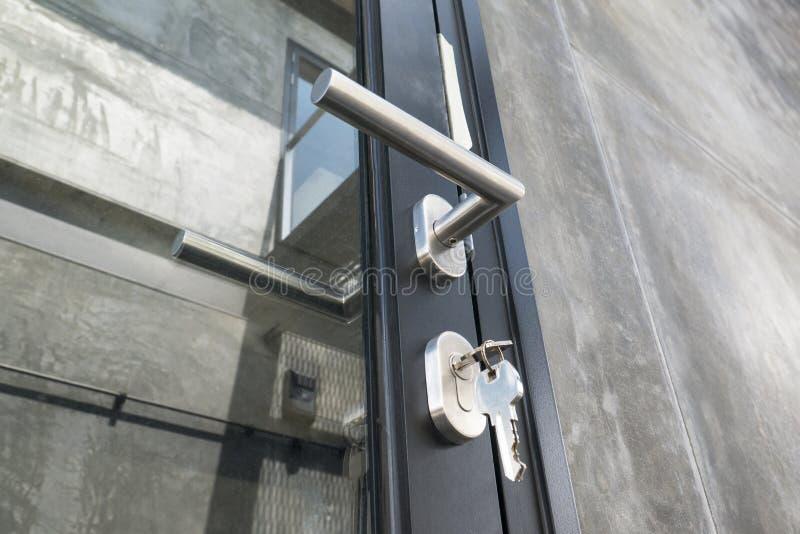 La manopola di porta metallica con fissa una porta orizzontale immagini stock libere da diritti