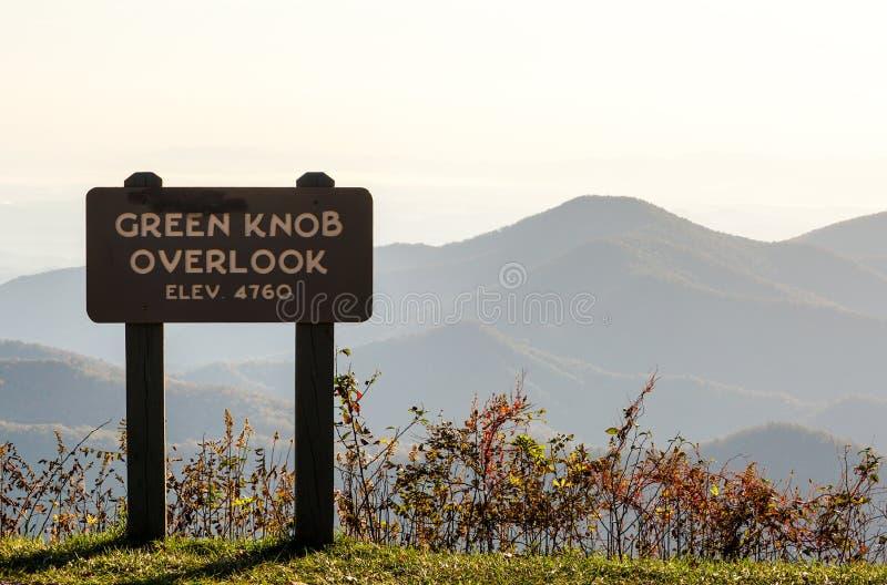 La manopola verde trascura su Ridge Parkway blu con una grande vista delle montagne di colore di caduta fotografia stock