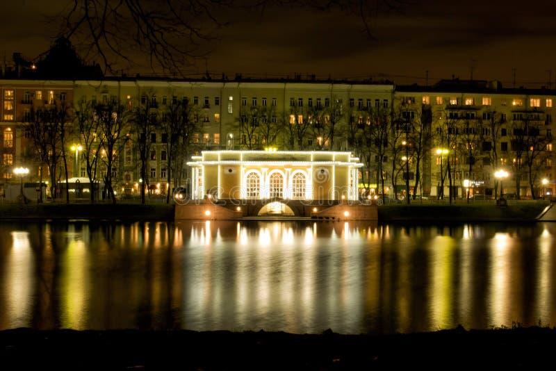 La mansión en el patriarca acumula en Moscú en la noche con reflecti fotos de archivo libres de regalías