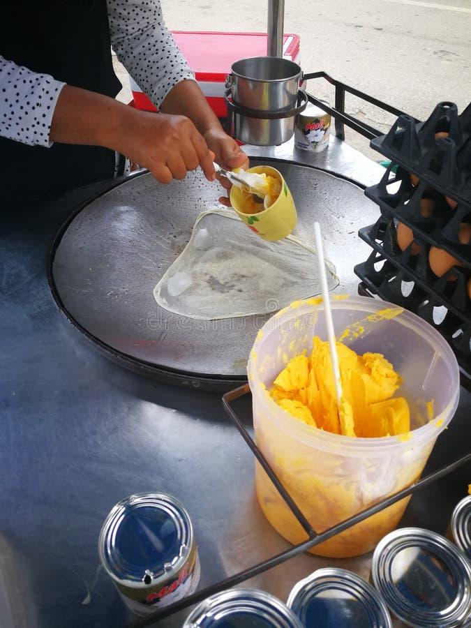 la mantequilla para el pan plano meridional llamó Roti con leche y azúcar dulces de coco imagen de archivo libre de regalías
