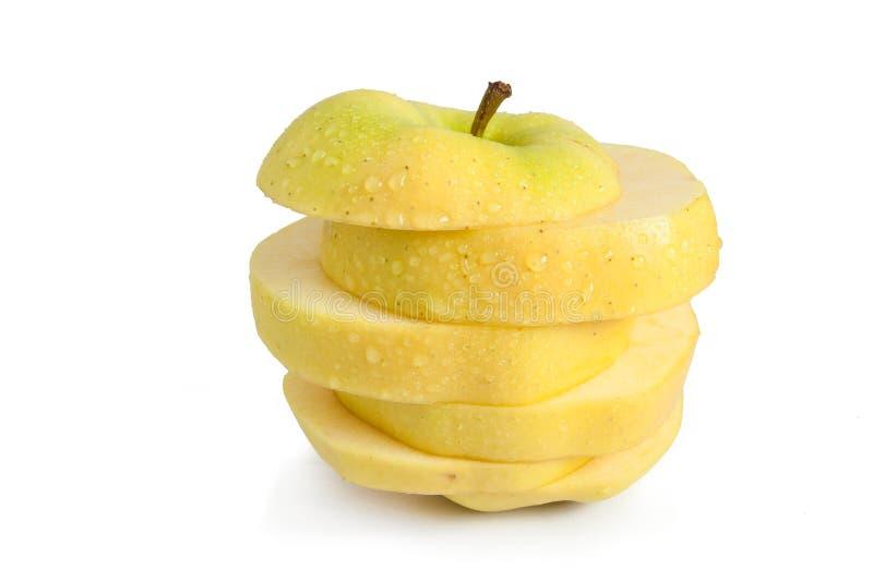 La manzana amarilla cortó en rebanadas horizontales imagen de archivo