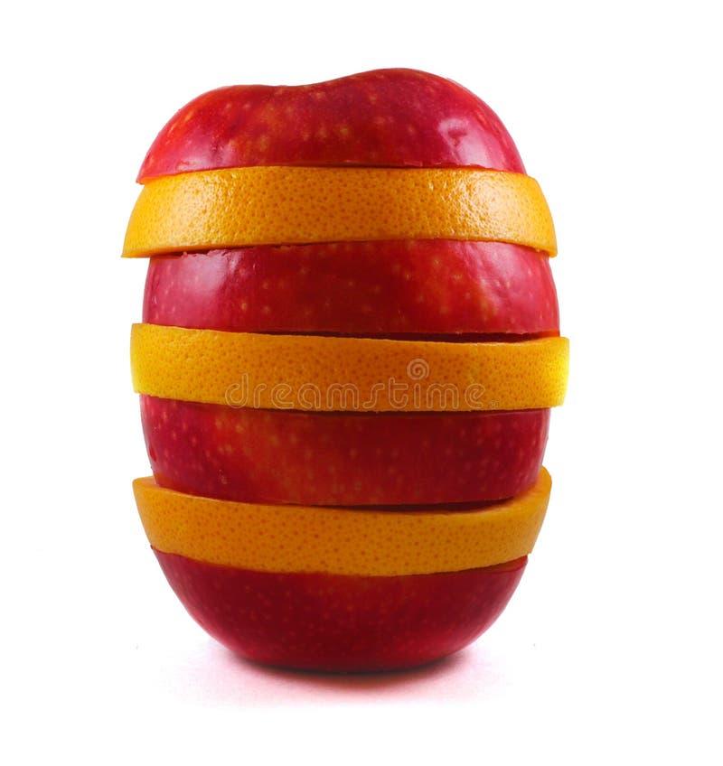La manzana y el pomelo aislados corta soportes en la tabla en un fondo blanco foto de archivo libre de regalías