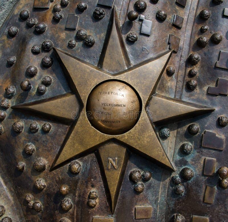 La mappa bronzea di Zagabria, Croazia con un benvenuto canta su una stella fotografia stock