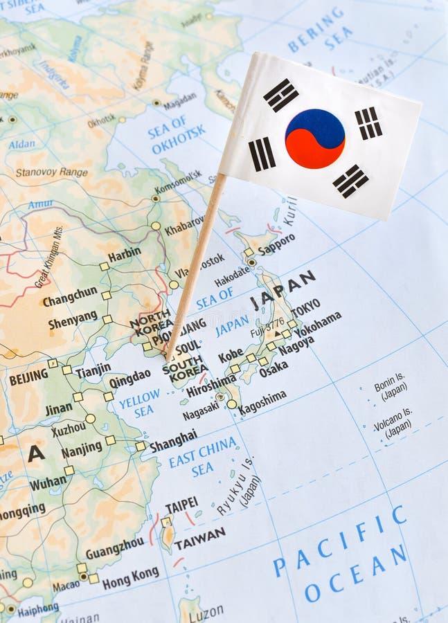 La mappa e la bandiera della Corea del Sud appuntano il concetto del punto caldo del mondo fotografie stock