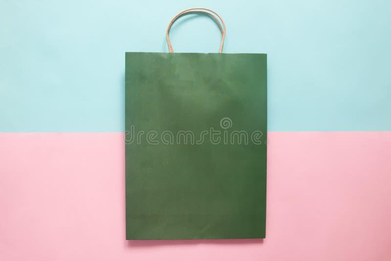 La maquette de sac à provisions de couleur verte pour stigmatiser et d'entreprise iden photo stock