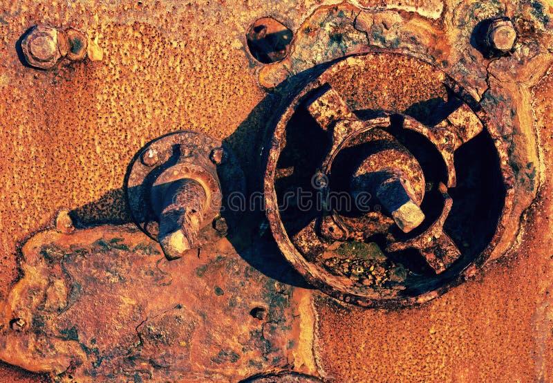 La maquinaria vieja y oxidada permanece foto de archivo