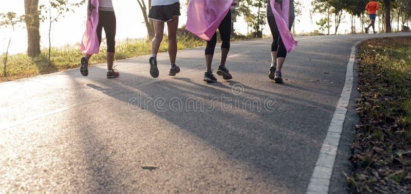 La maratona è in corsa per il cancro, la carità rosa del nastro fotografia stock