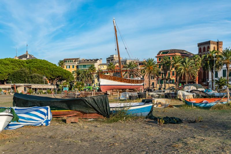 La marche à Sestri Levante et les bateaux sont partis sur la plage images stock