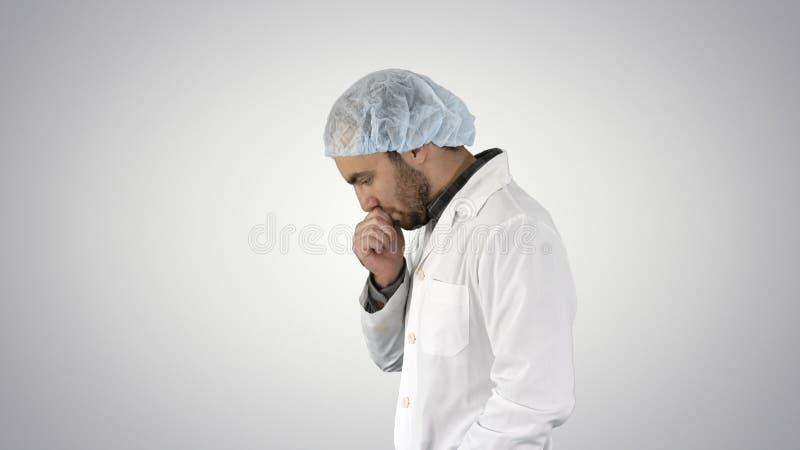La marche d'homme de docteur a soumis à une contrainte avec la main sur la tête, choquée avec le visage de honte et de surprise,  photographie stock libre de droits