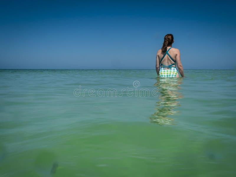 La marche dans l'eau dans le Golfe arrose photographie stock