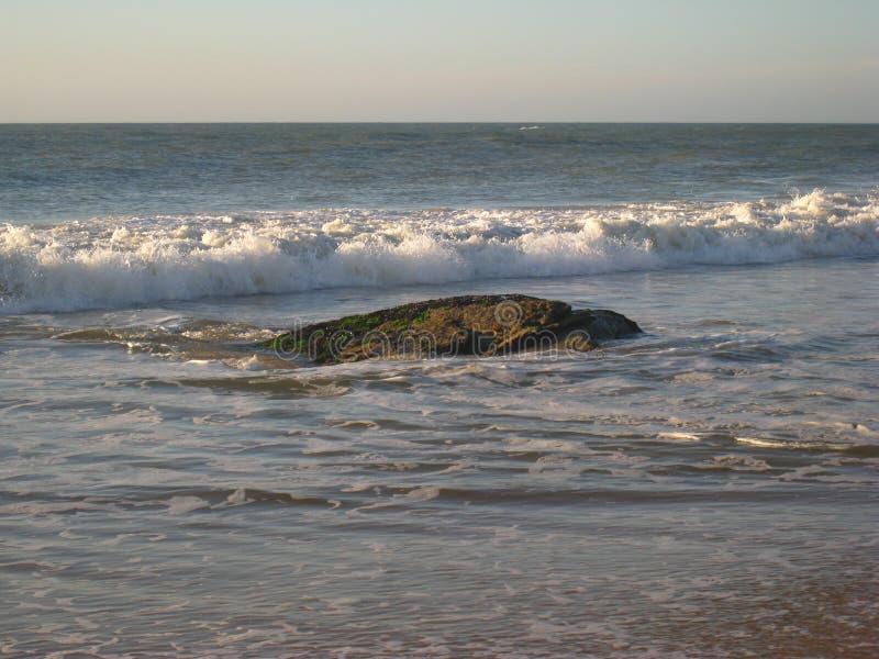 La marea de reflujo destapa el peligro, Macae, el Brasil foto de archivo