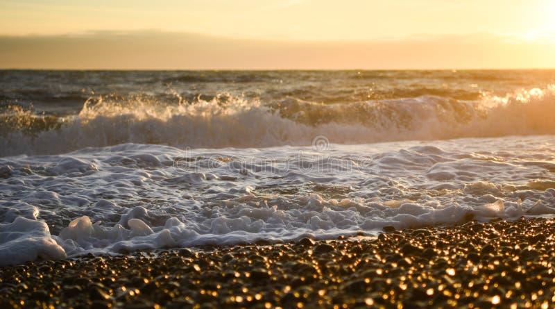 La marea ed il mare delle onde della spiaggia di Brighton di immagine di fotografia spumano alla costa sud presa il tramonto Ingh fotografie stock libere da diritti
