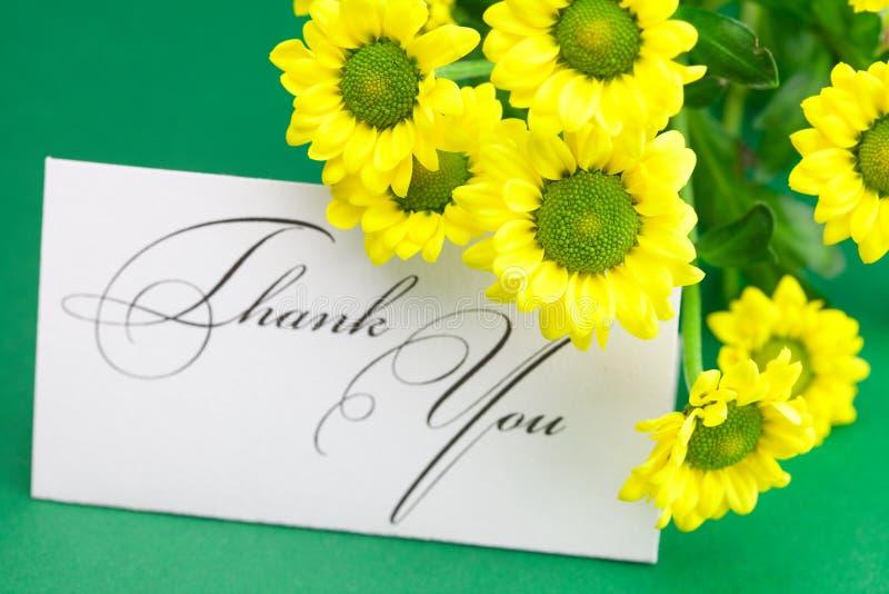 La margherita gialla e la scheda firmate lo ringraziano fotografie stock libere da diritti