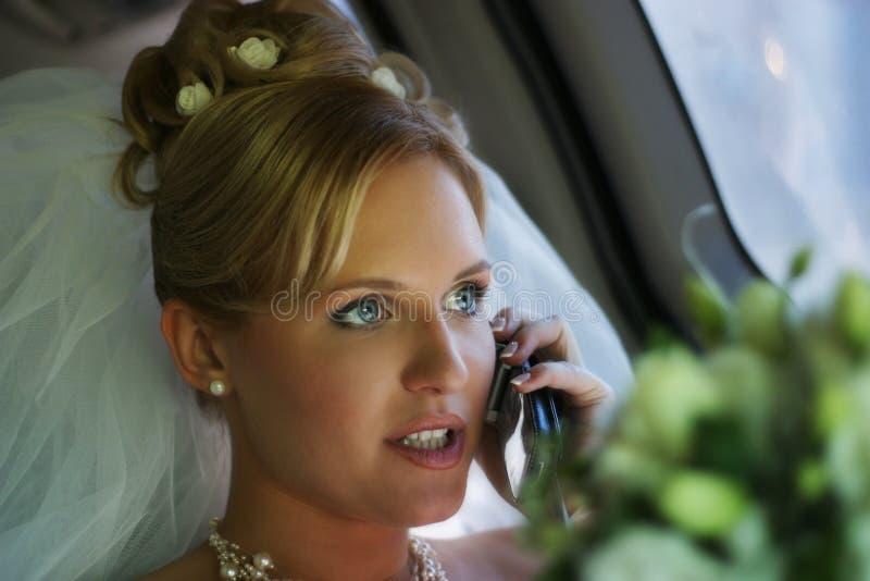 La mariée avec le téléphone photo libre de droits