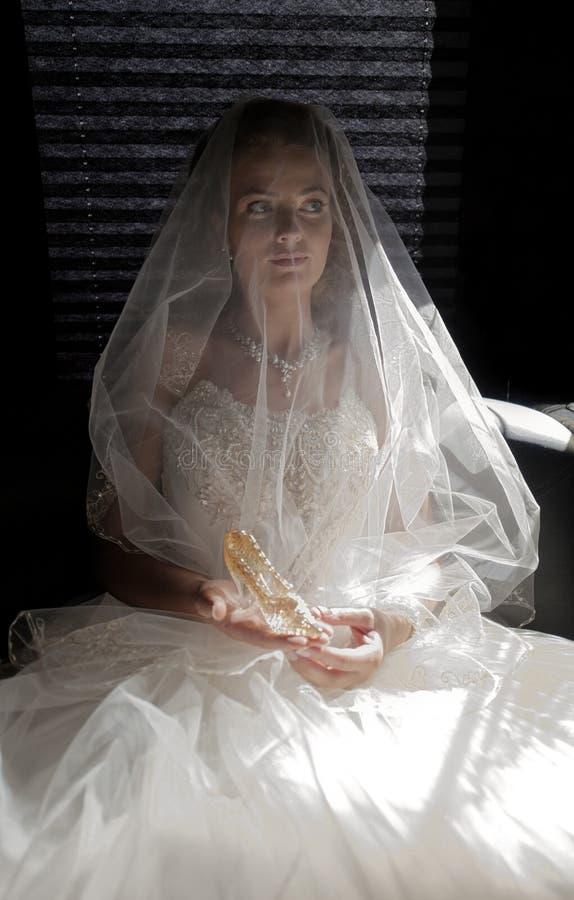 La mariée avec une chaussure en cristal. image libre de droits