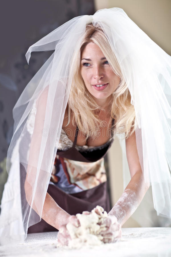 La mariée dans la cuisine photographie stock