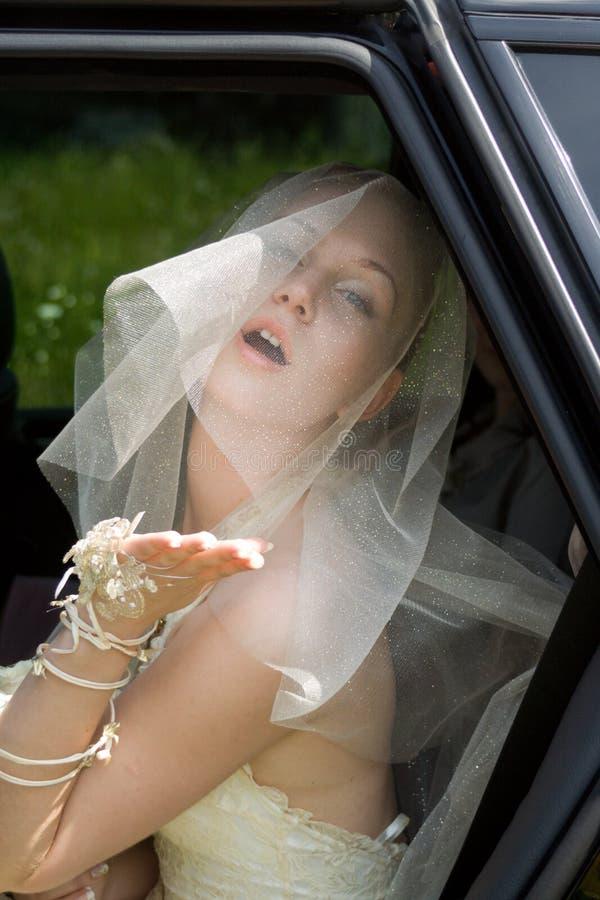La mariée dans le véhicule images libres de droits