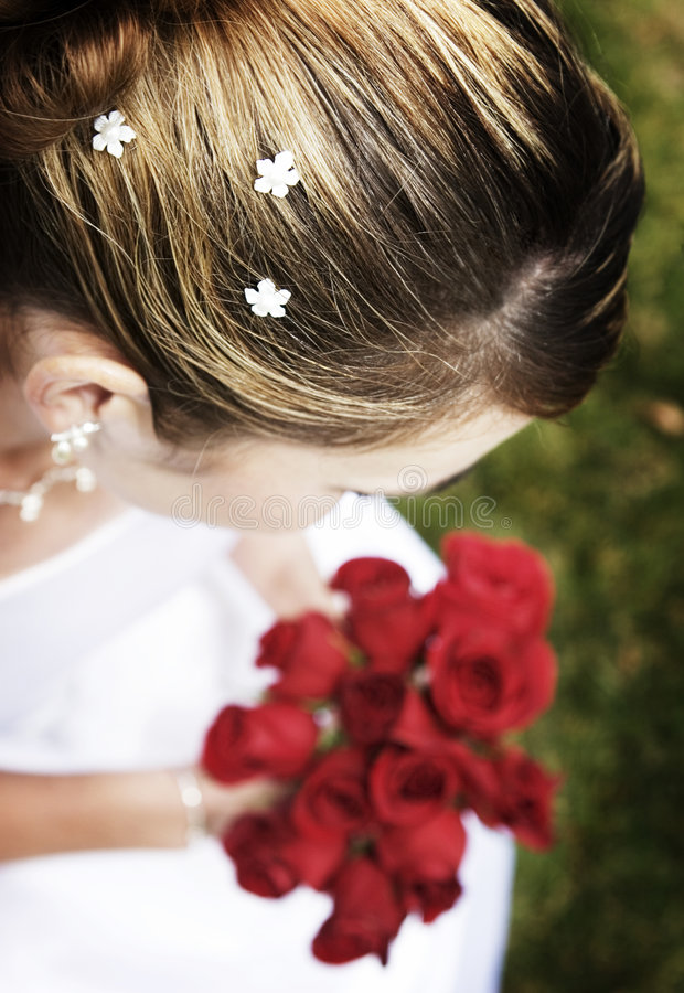 La mariée est des roses de fixation photo stock