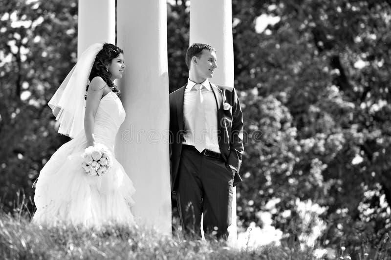 La mariée et le marié au mariage marchent autour du fléau photos stock