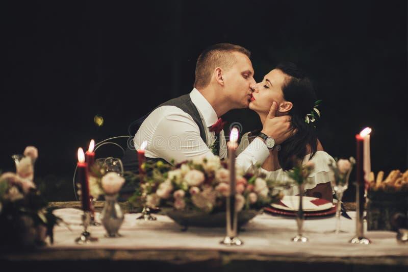 La mariée et le marié La nuit par la lumière des feux d'artifice photos stock