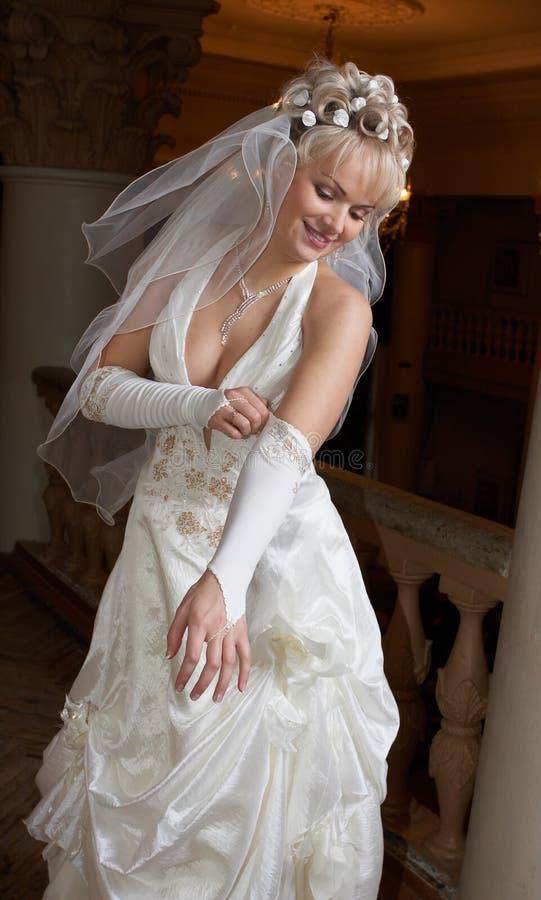 La mariée a placé ses gants photo stock