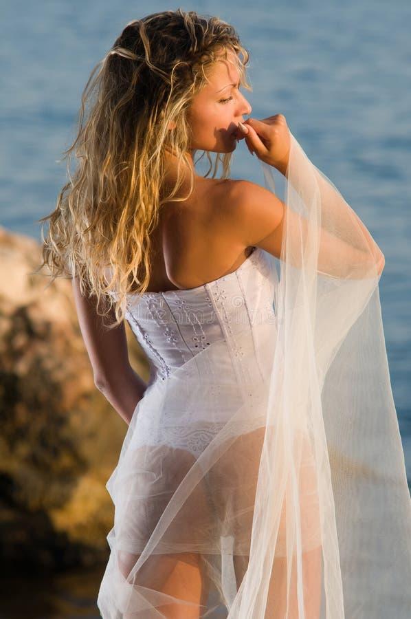 La mariée reste à la mer photographie stock