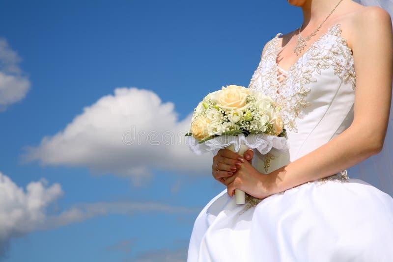 La mariée retient le bouquet photos stock