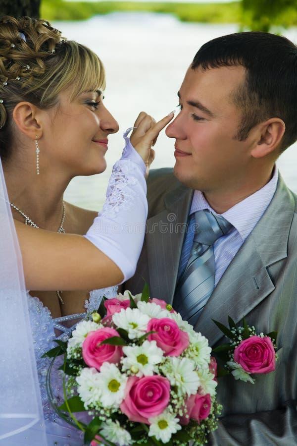 La mariée s'occupe du marié image libre de droits