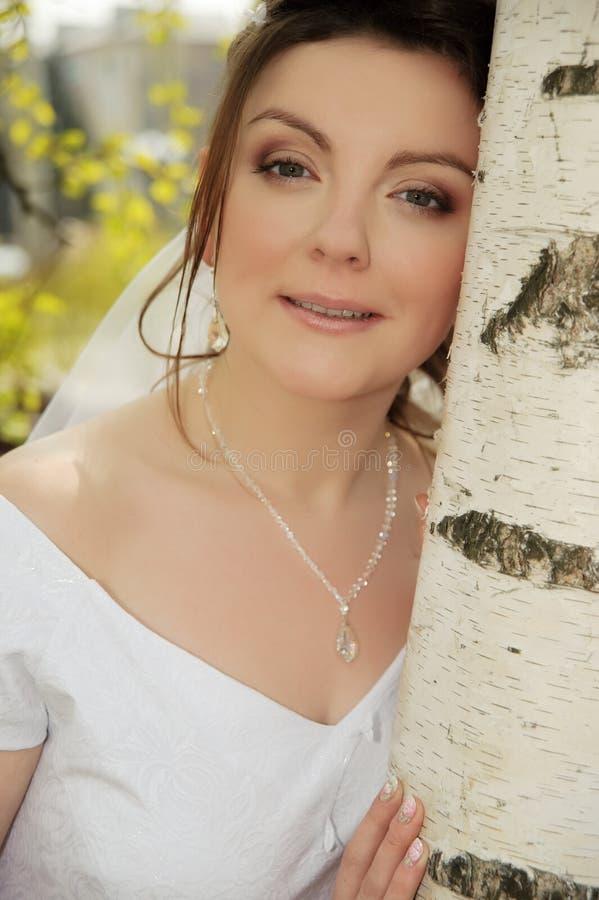 La mariée sur une pelouse photographie stock