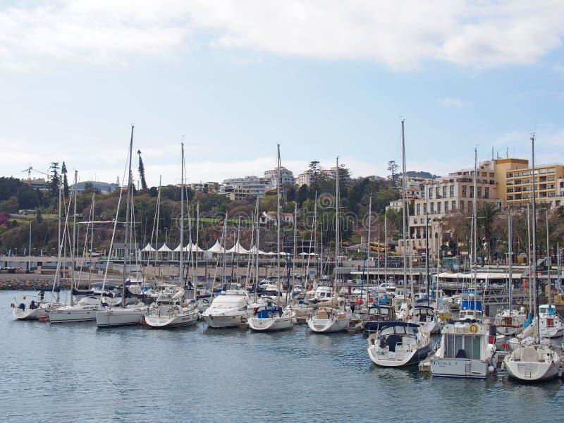 la marina ? Funchal Mad?re avec des yachts et des bateaux ? voile amarr?s le long du port avec des barres et des restaurants de b images stock