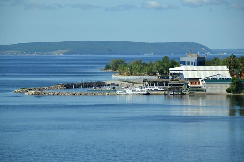 La marina à l'arrière-plan les montagnes éloignées du réservoir de Kuibyshev images stock