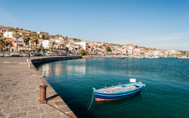La marina de l'interception commandée en vol Trezza, petit village de mer près de Catane image libre de droits