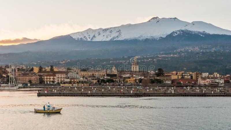 La marina de Riposto pendant le coucher du soleil ; volcan l'Etna à l'arrière-plan photo libre de droits
