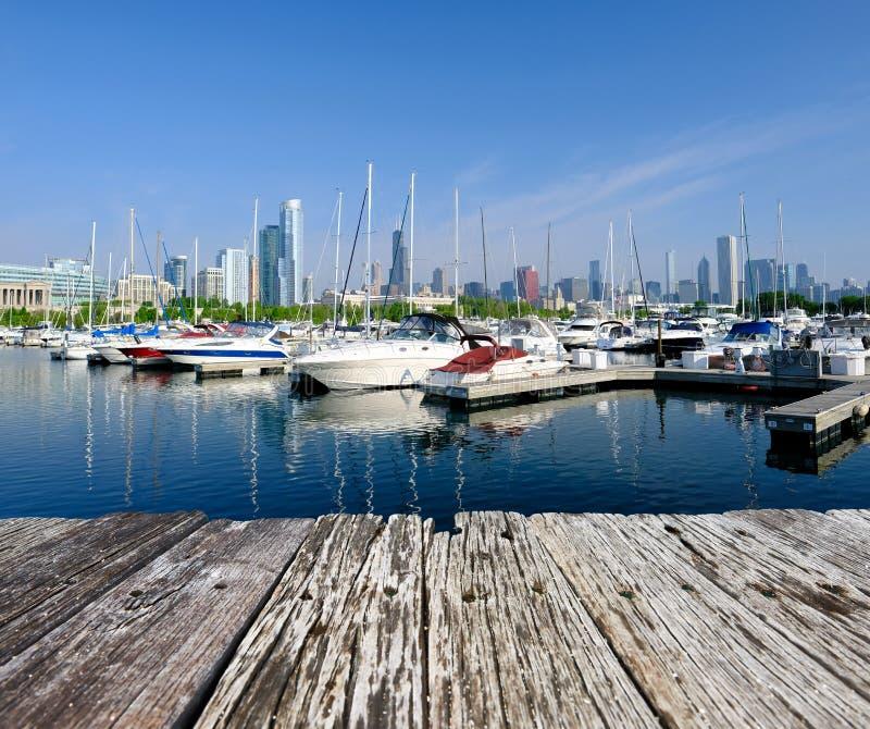 La marina urbaine et les toits de Chicago photographie stock libre de droits