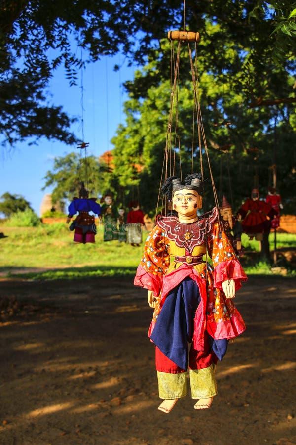 La marionnette traditionnelle de travail manuel est vendue sur un marché dans Bagan, Myan photo libre de droits