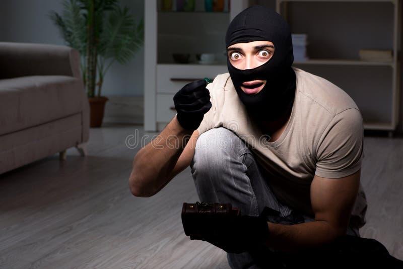 Download La Maschera D'uso Della Passamontagna Dello Scassinatore Alla Scena Del Crimine Fotografia Stock - Immagine di nero, burglary: 117977532
