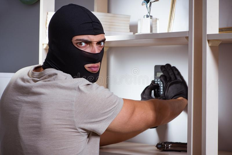 Download La Maschera D'uso Della Passamontagna Dello Scassinatore Alla Scena Del Crimine Immagine Stock - Immagine di allarme, gangster: 117977629