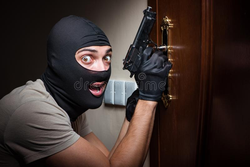 Download La Maschera D'uso Della Passamontagna Dello Scassinatore Alla Scena Del Crimine Immagine Stock - Immagine di domestico, tenuta: 117977677