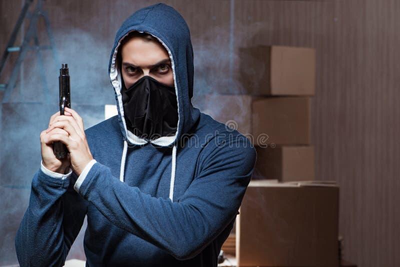 Download La Maschera Di Protezione D'uso Della Pistola Aggressiva Del Manwith Fotografia Stock - Immagine di cappuccio, hooligan: 117977450