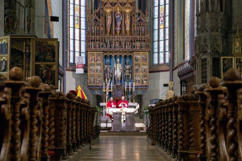 La masse dans l'église catholique, Bardejov - Slovaquie image libre de droits