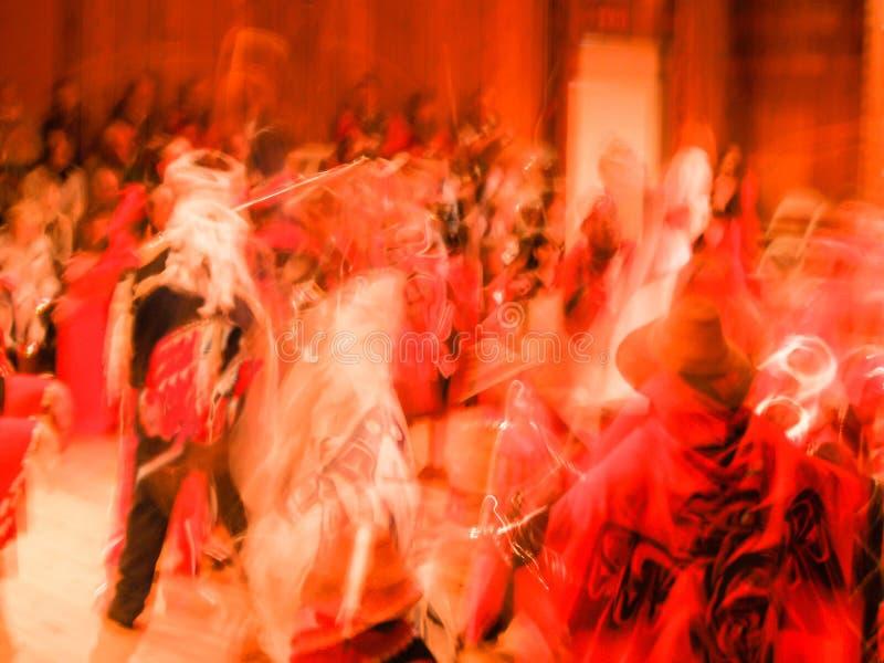 La masse de couleur rouge dans l'abrégé sur tache floue de mouvement du peop méconnaissable photo stock