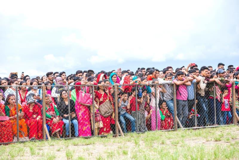 La masse des personnes observant le festival de Gaura dans Tundikhel, Katmandou image libre de droits