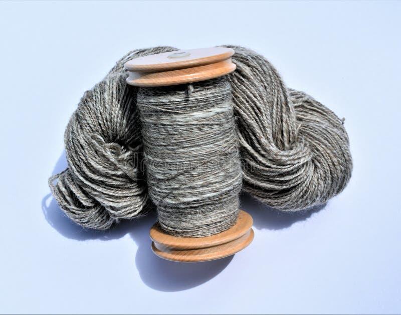 La matassa e la bobina del filato del handspun della lana hanno riempito di filato del handspun fotografia stock