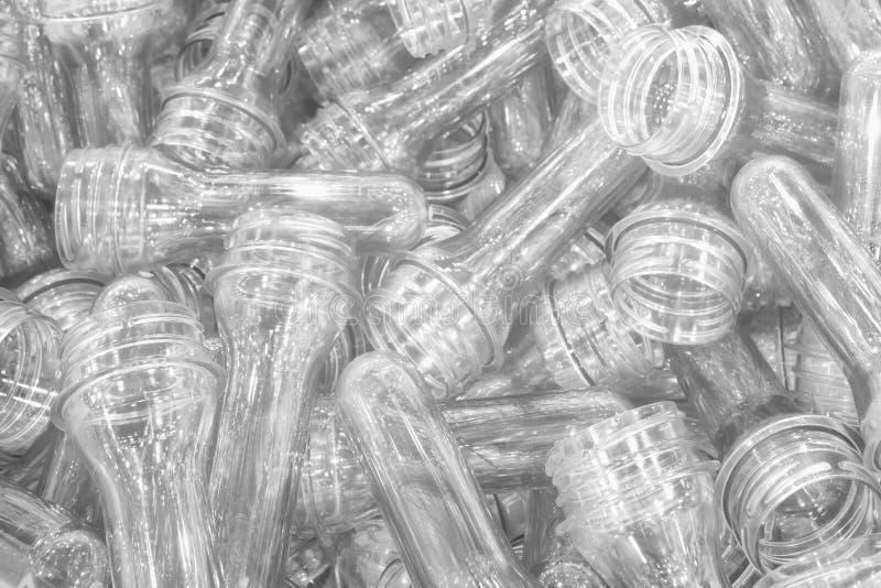 La materia prima per il processo di salto della bottiglia di plastica Il campione del processo dell'iniezione fotografia stock libera da diritti