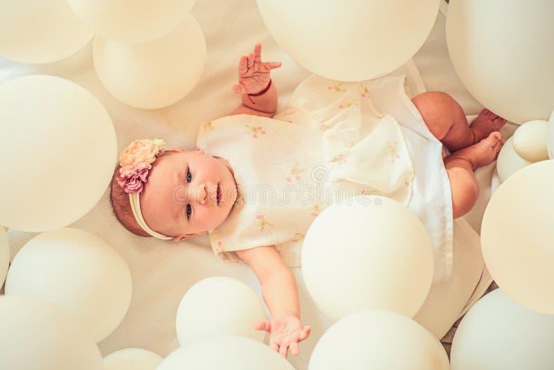 La maternidad es alegría pura Felicidad de la niñez Pequeña muchacha Feliz cumpleaños Pequeño bebé dulce Nuevos vida y nacimiento fotografía de archivo