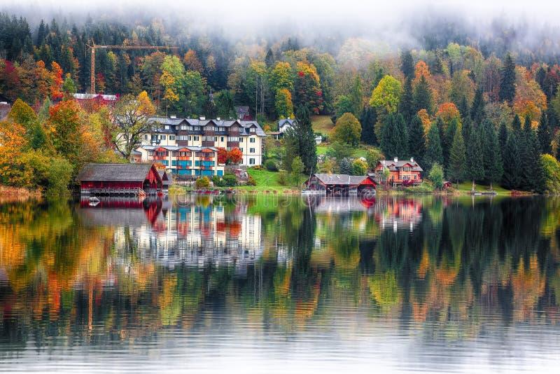 La mattina nebbiosa sul lago Altausseer vede le alpi Austria Europa immagini stock libere da diritti