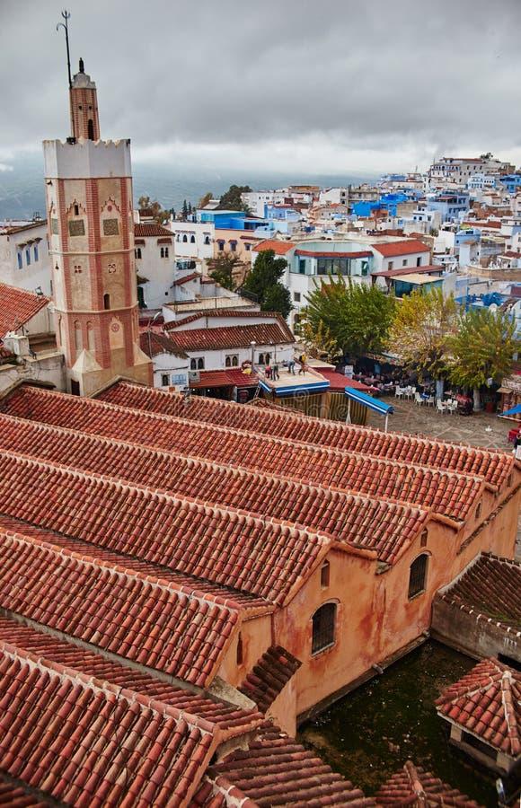 La mattina nuvolosa e si rannuvola la città di Chefchaouen Marocco fotografia stock libera da diritti