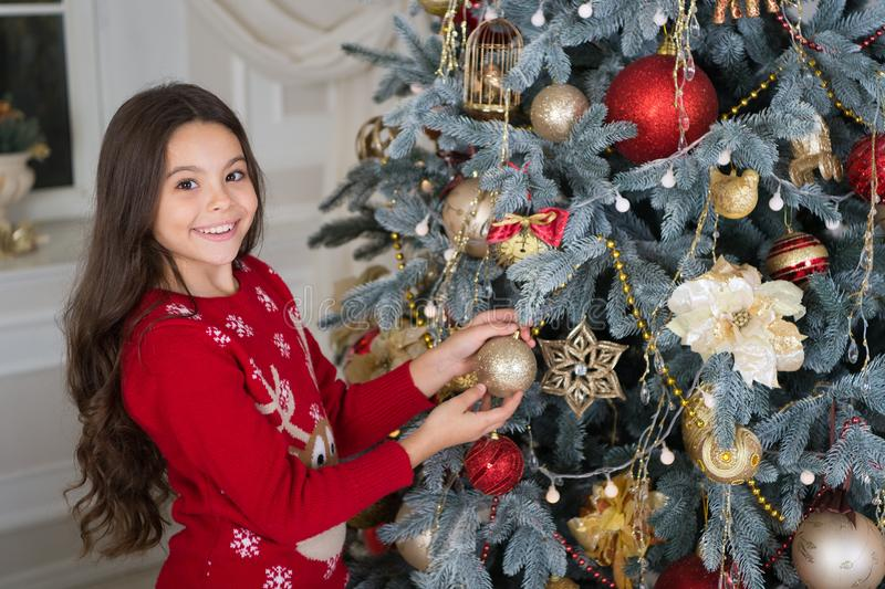 La mattina prima di natale Festa di nuovo anno Nuovo anno felice piccola ragazza felice a natale Natale Decori il natale fotografie stock libere da diritti