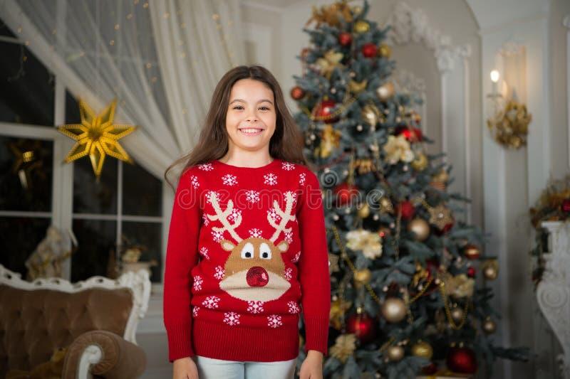 La mattina prima di natale Festa di nuovo anno Nuovo anno felice piccola ragazza felice a natale Natale Il bambino gode del fotografie stock libere da diritti